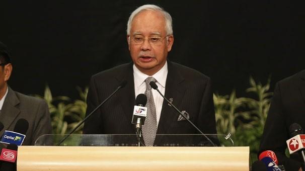 Malezya yolcu uçağının düştüğü Başbakan Rezak tarafından açıklandı. Uçağın Hint Okyanusu'nda düştüğü ve uçaktan kurtulan olmadığı yolcuların ailelerine iletildi. Uçağın düştüğü haberini alanlar baygınlık geçirdi.