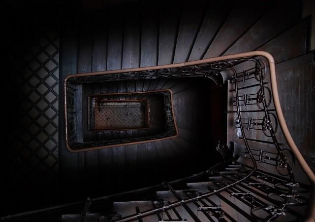 1- Yıllardır kimsenin ayak basmadığı eski bir binadasınız ve yerin altına doğru inen bir merdiven keşfettiniz. Bir... iki... üç...