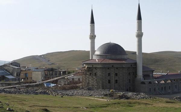 Trabzon'un Çaykara ilçesinde şaşkına çeviren görüntü... Yaylada yaptırılan cami inşaatına taş taşımakta güçlük çeken ustalar, yerden caminin kubbesine doğru köprü yaptı.