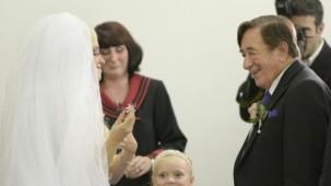 81 yaşındaki milyarder bakın kiminle evlendi