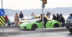 Lamborghini yolda kalınca büyük ilgi gördü..