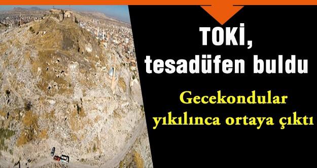 TOKİ'nin, Nevşehir'de kentsel dönüşüm için yıktığı gecekonduların altından 7 kilometre uzunluğunda tarihi bir kent çıktı.  TOKİ, bölgedeki gecekonduların yıkımı için 90 milyon TL harcadı; yeraltındaki antik şehrin ortaya çıkarılması üzerine saha terk edildi.