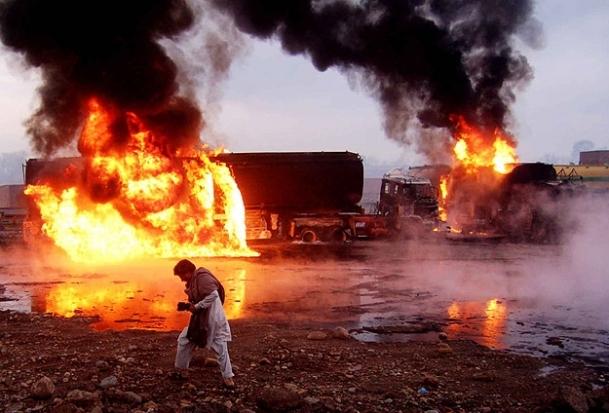 Afganistan'da otobüs yanan kamyona çarptı