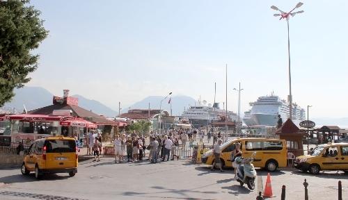 Alanya'ya gelen 3 kruvaziyer turist gemisiyle esnaf bayram yaptı
