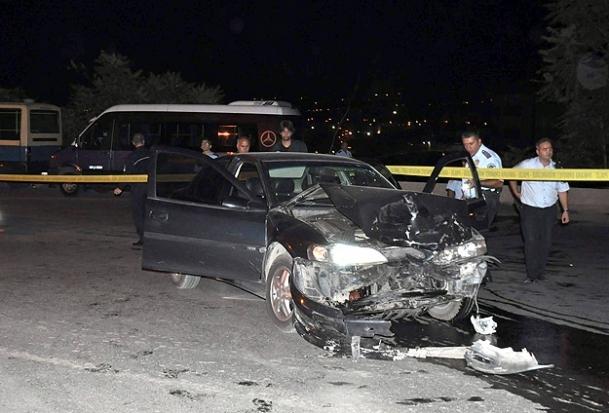 Alkollü sürücü polislere çarptı