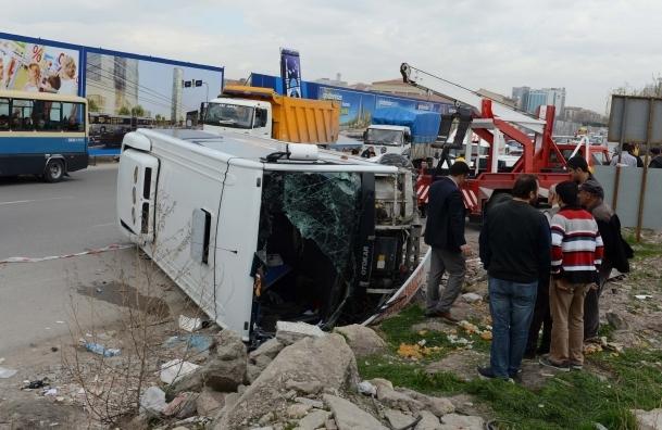 Ankara'da özel halk otobüsü devrildi