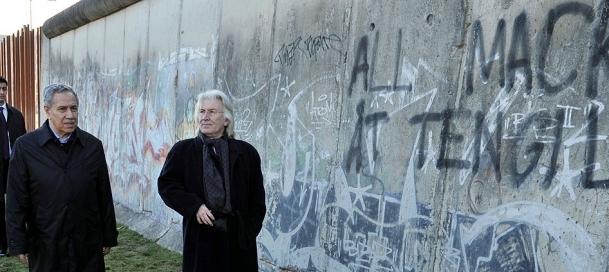 Arınç Berlin Duvarı'nı gezdi