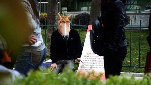 At maskesi takıp sırtında..