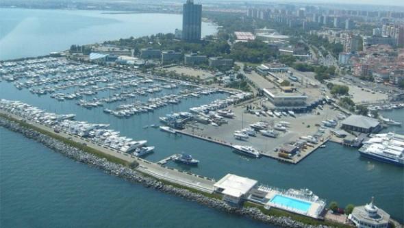 Ataköy Marina'da sürücü cipiyle denize düştü!