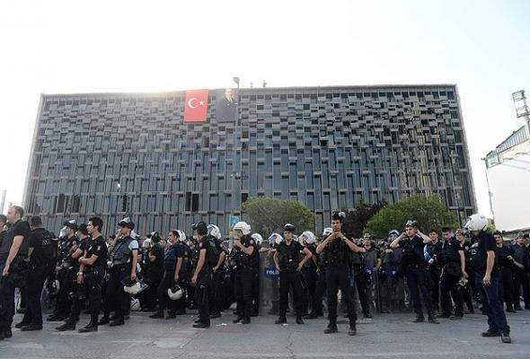 Atatürk Anıtı ile AKM'deki pankart ve flamalar kaldırıldı