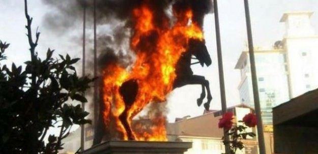 Atatürk heykelini yaktılar!