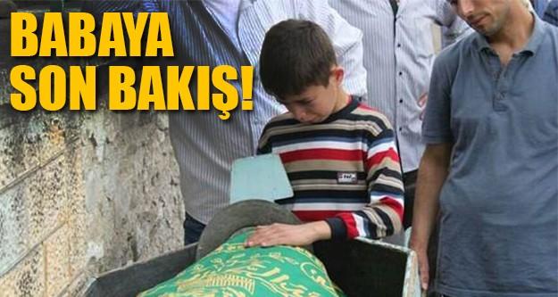 Babasının cenazesi başında bekledi!