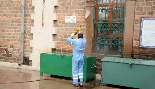 Balıkesir Belediyesi camileri gül suyuyla yıkıyor