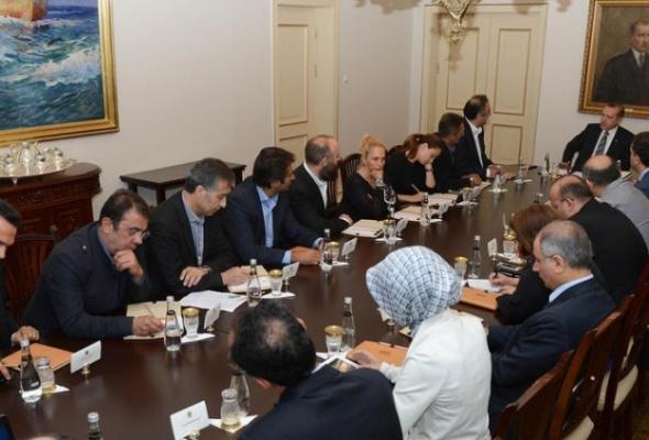 Başbakan Erdoğan sanatçılarla görüşüyor