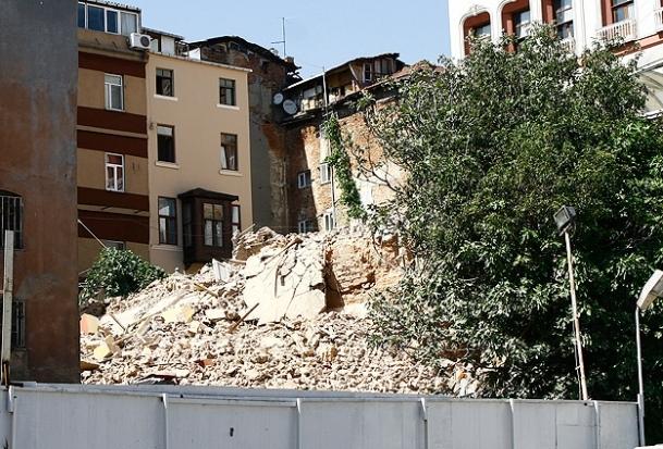 Beyoğlu'nda 7 katlı metruk bina çöktü