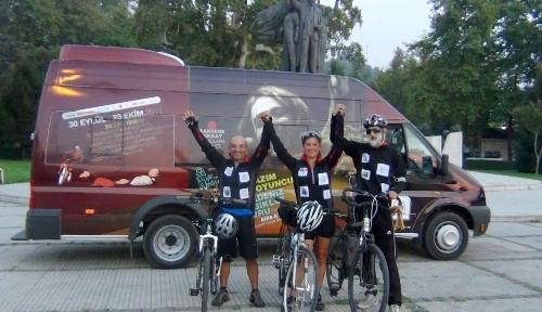 Bisikletleriyle kansere karşı pedal çeviriyorlar