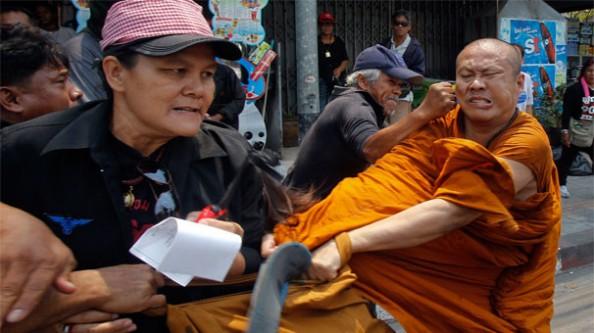 Budist rahip dayak yedi!