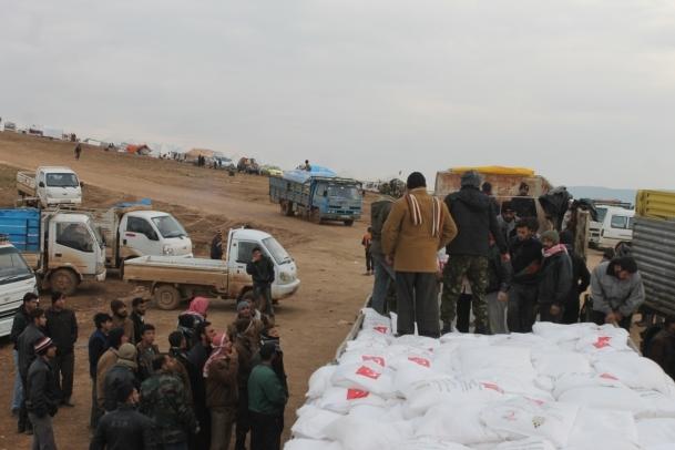 Çadırlar yardımlarla ayakta duruyor