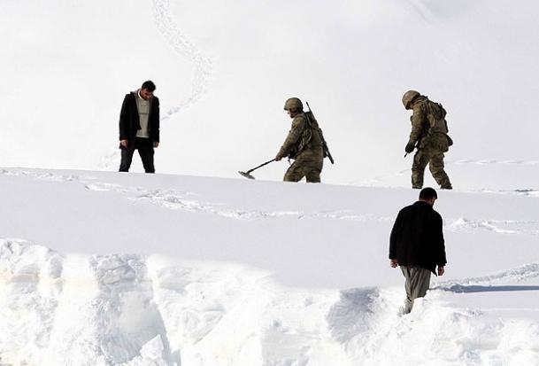 Dedektörle kar altında araba arıyorlar