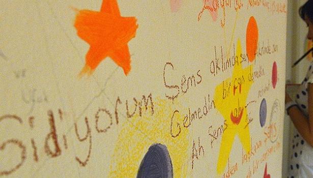 Duvar yazılarında duygularını aktarıyorlar