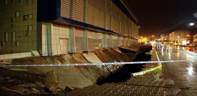 Edremit'te Kapalı Otopark Çöktü