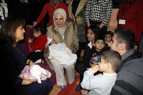 Emine Erdoğan'dan çocuk yuvası ziyareti