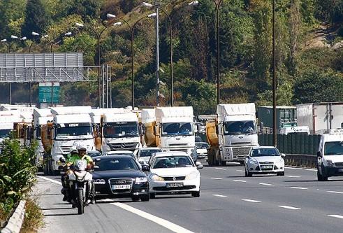 FSM'de kamyon devrildi,3 şerit trafiğe kapatıldı!