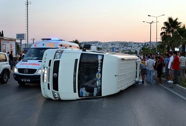 Futbolcuları taşıyan minibüs devrildi