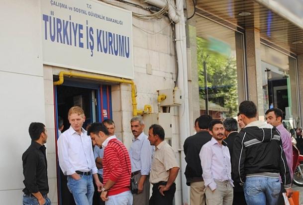 Genç işsizliği Türkiye'de azaldı