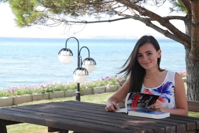 Genç Yazar Gizem Kayahan: Yazmak İçin Yaşarım!