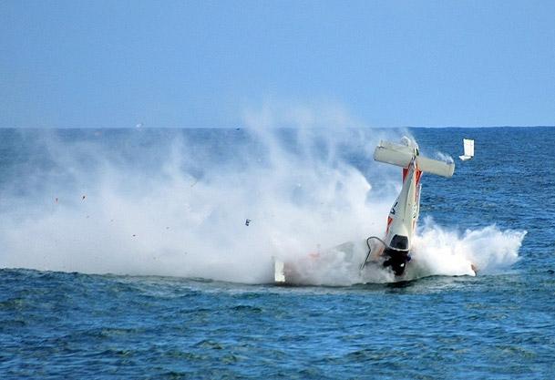 Gösteri uçağı denize çakıldı
