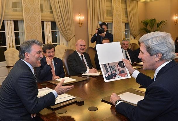 Gül'den Kerry'ye anlamlı hediye