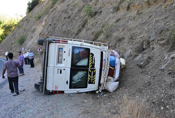 İşçileri taşıyan minibüs devrildi: 12 yaralı