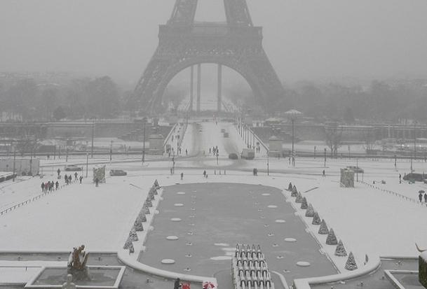 Kar yağışı Paris'te hava ulaşımını etkiledi