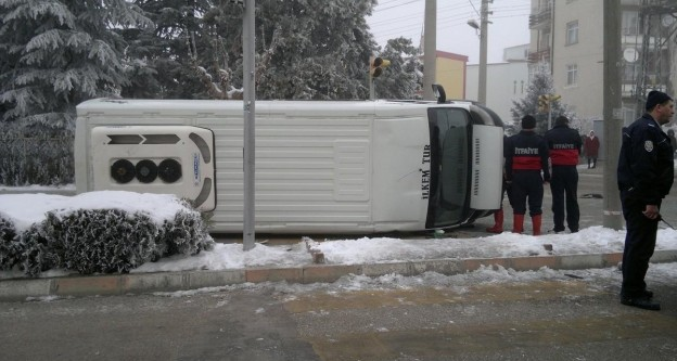 Konya'da minibüs devrildi