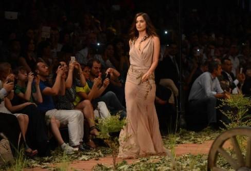 Manken Irina Shayk'ın elbisesi böyle yırtıldı!