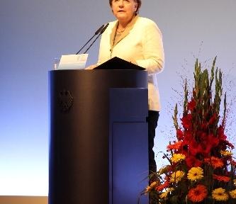 Merkel: Göçmen gençleri eğitim sistemine kazandırmalıyız