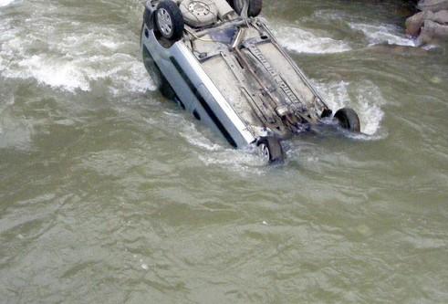 Mısır'da minibüs nehire düştü!