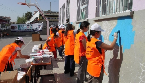 Öğrenciler, Dünya Çocuk Günü'nde okul duvarlarını renklendirdi