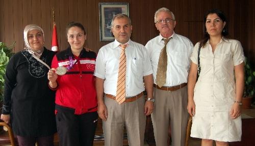 Olimpiyat şampiyonu öğrenci Milli Eğitim Müdürünü ziyaret etti