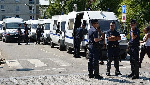 Paris banliyösündeki peçe gerginliği sürüyor