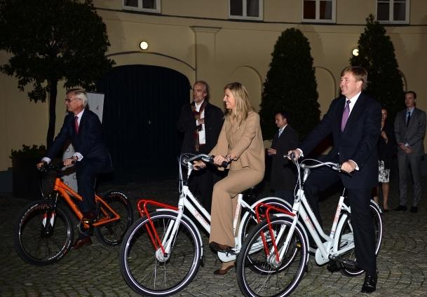 Prens ve eşinden bisiklet turu