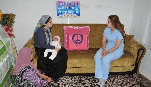 Şahinbey Belediyesi ekipleri bebekleri ziyaret ediyor