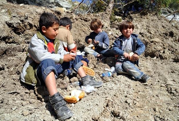 Savaşın çocuklarının ''çikolata'' sevinci