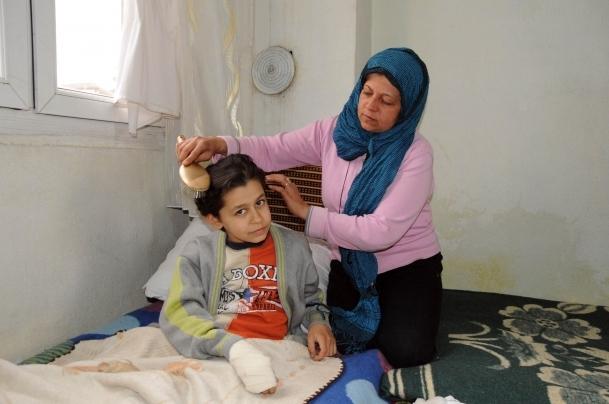 Suriyeli çocuklar için dua ediyor