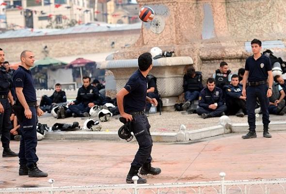 Taksim'de futbol vakti