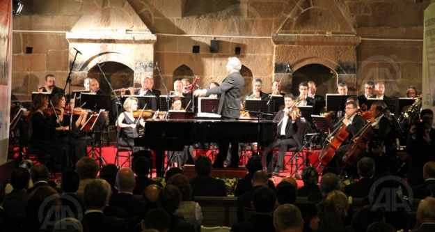 Tarihi kervansarayda senfonik  konser