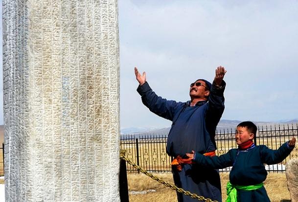 Tonyukuk Anıtları, Moğol bekçi Cau ile torununa emanet