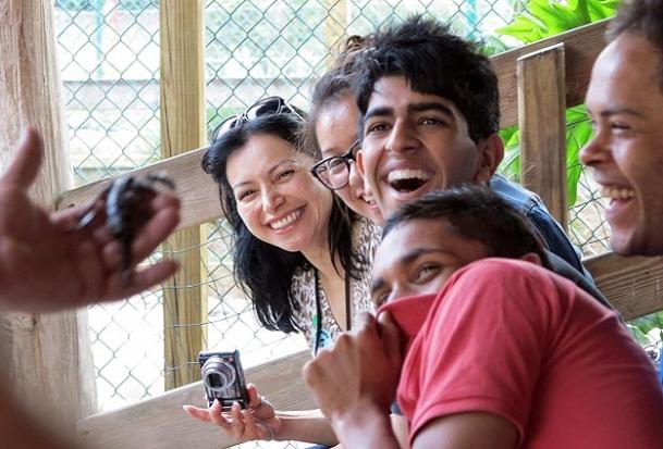 Turistler zehirli kurbağa öpüyor