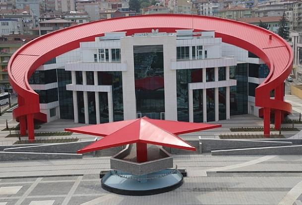 Türk bayrağı şeklindeki bina açılışa hazır